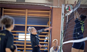 Sandra Grundmann vom SV Bad Düben versucht den Ball über den Krostitzer Block zu spielen. Foto: Alexander Prautzsch
